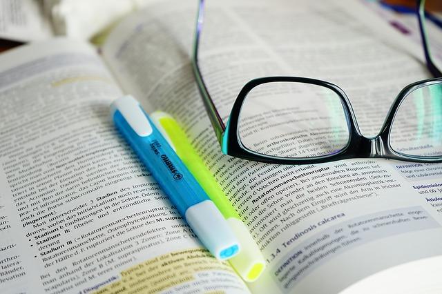 brýle na otevřené knize