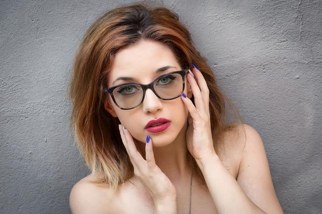brýlatá žena