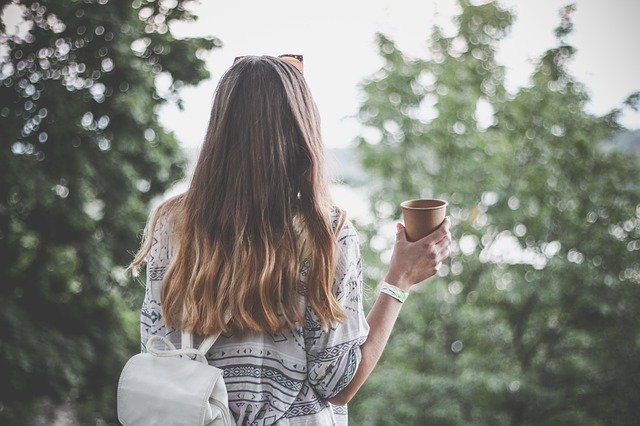 žena s kávou.jpg