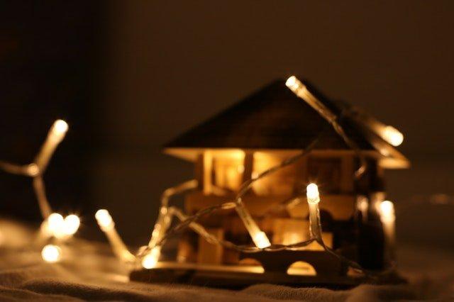 Model domu obmotaný svetelnou svietiacou reťazou.jpg