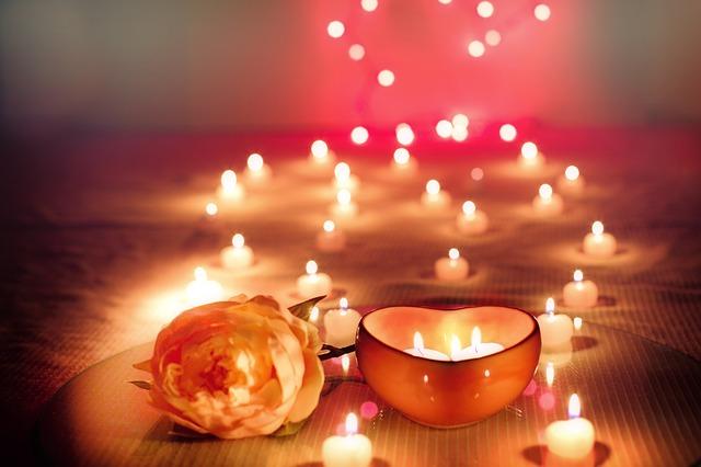 romantické sviečky a ruža.jpg