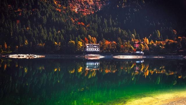 Budovy pod lesom na kraji jazera.jpg