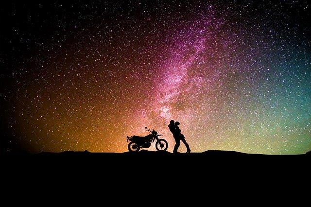 Motorkár, zamilovaný pár, obloha.jpg
