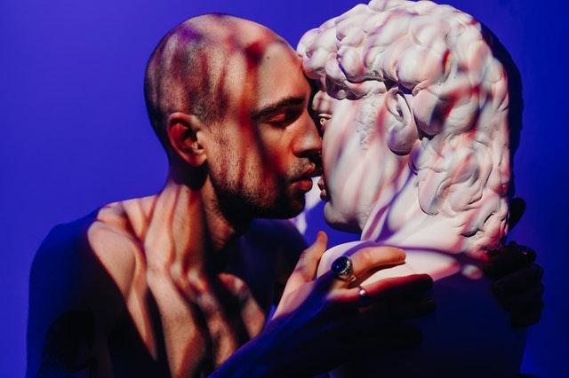 Muž bozkáva sochu ženy