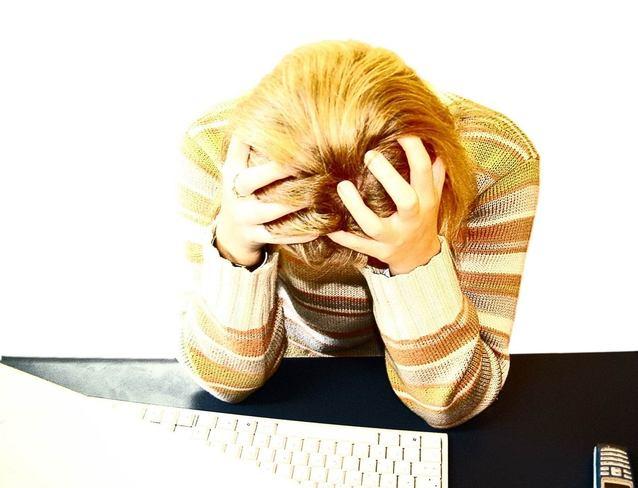 Zúfalá žena za počítačom